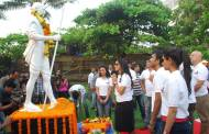 Team Ekkees Toppon Ki Salaami honour Gandhi